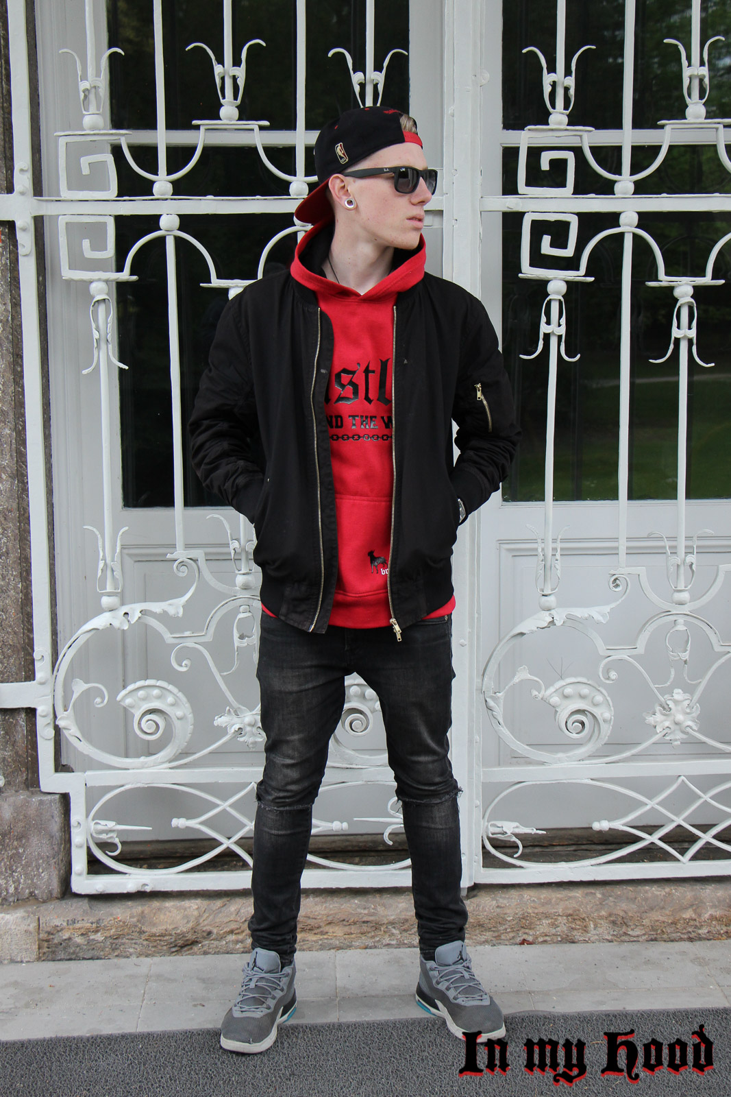 MY STYLE Roter Kapuzenpulli, In my Hood, Tobias, Austria, Steiermark, Graz, Grazer Blogger, OOTD, WIW, What I wore, Instastyle, Style is what , Streetstyle, Fashionaddict, Mensfashion, Mensstyle, Men with style, Fashiongoals, Fashionkilla, styled, Styleguide, Fashionblogger, Styleblogger, Lifestyleblog, Lifestyleblogger, Bloggerstyle, Bomberjacke, Nike, Knee-Cut Jeans, Ray Ban, roter Kapuzenpulli