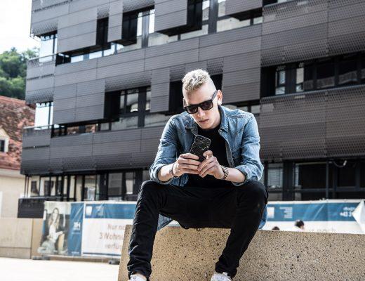 blaues Jeans Hemd schwarze cargo Hose sneakers puma idealofsweden handyhülle rayban